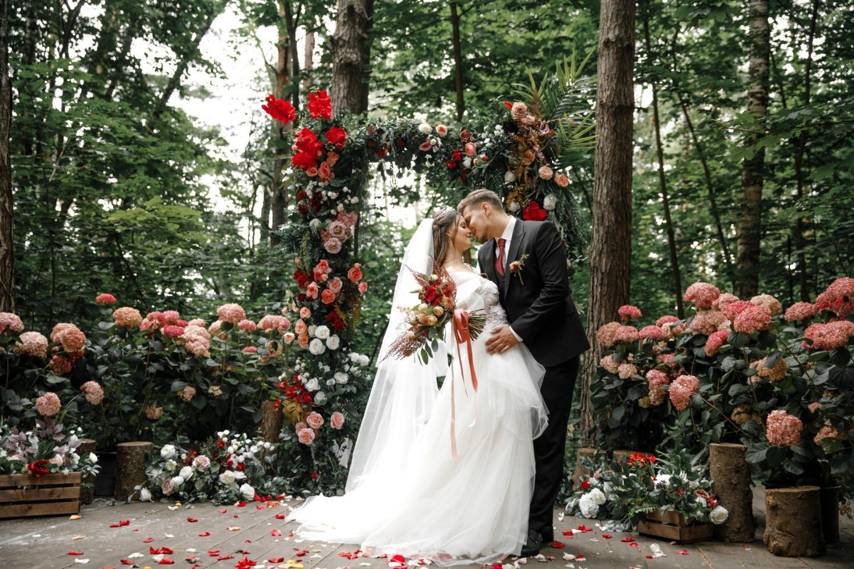 Яркие цвета: романтическая свадьба в усадьбе