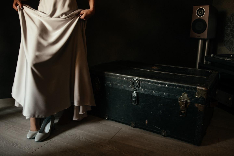 Без стандартов: свадьба в серых тонах в лофте