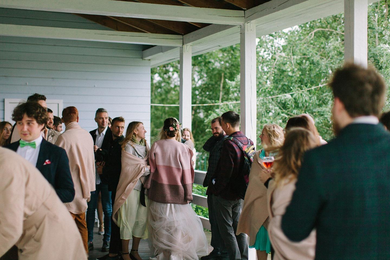 Цвета леса: уютная свадьба-вечеринка на берегу озера