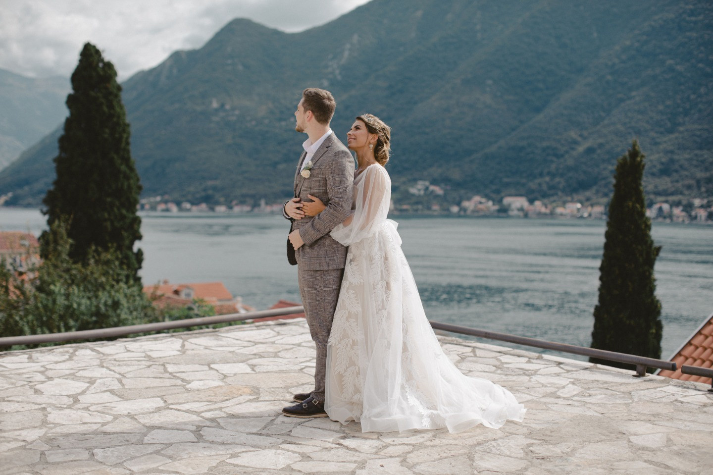 Теплая осень и яркие чувства: камерная свадьба в Черногории