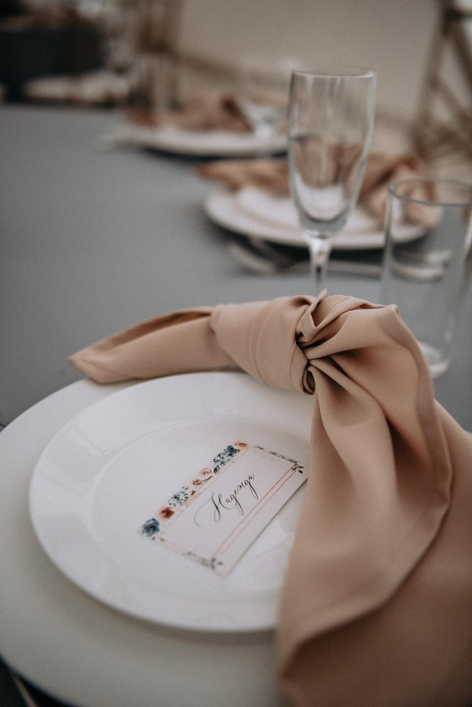 Геометрия и нежность: романтическая свадьба в шатре