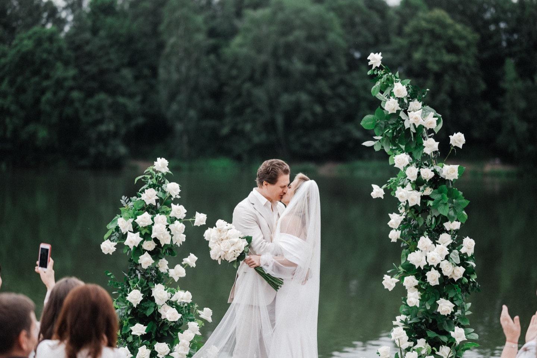 Рустик и эко: минималистичная свадьба за городом