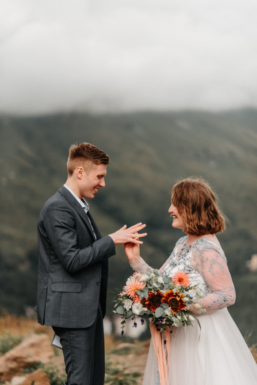 Rainbow at sunset: свадьба-фотосессия в горах для двоих
