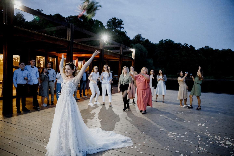 Воздушная свадьба в синих оттенках за городом