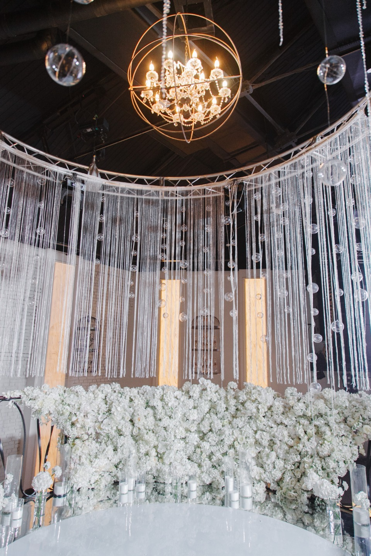 Glass and silver: белоснежная классическая свадьба в ресторане
