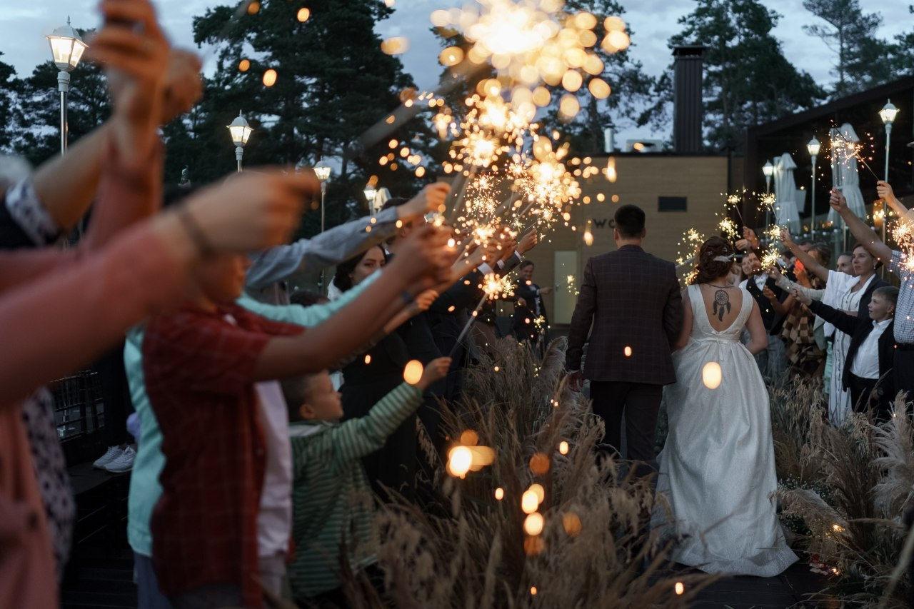 Про нас: воздушная рустик-свадьба в бежевых оттенках