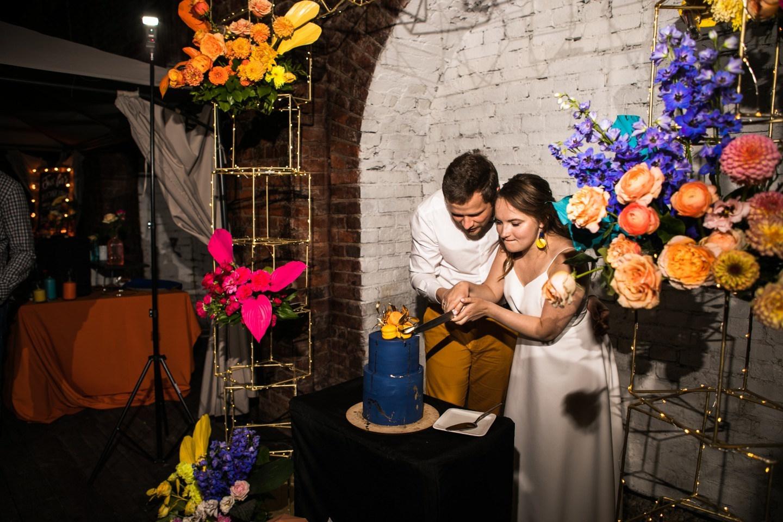 Летняя вечеринка: яркая свадьба в лофте