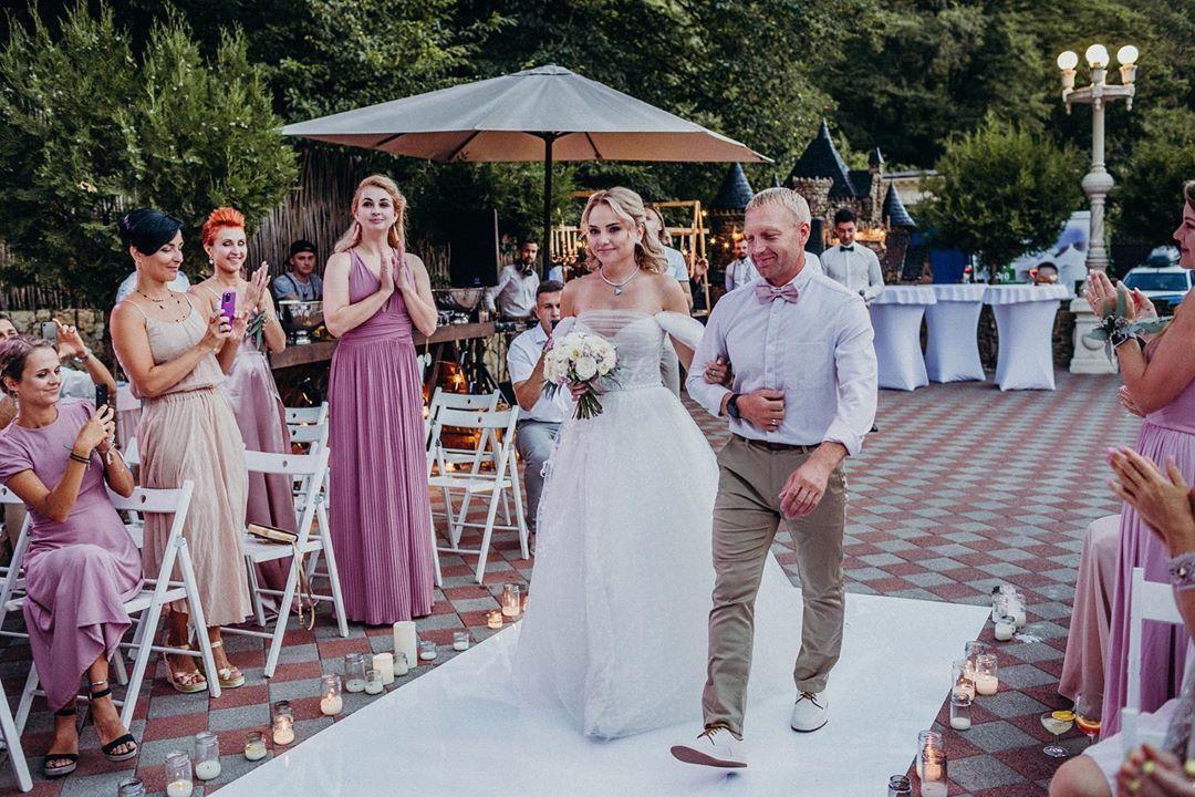 Нежность и яркие эмоции: свадьба-вечеринка в усадьбе
