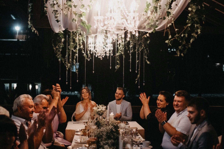 Изысканность: камерная свадьба у воды на природе