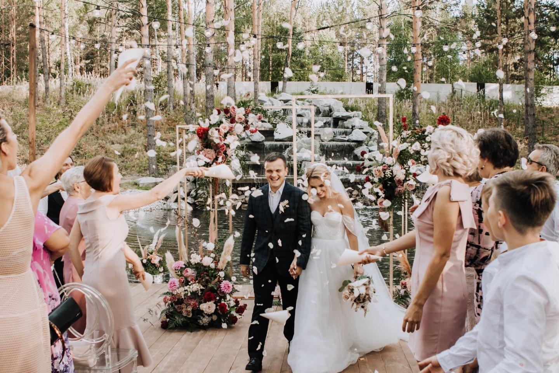Romantic party: свадьба за городом у водопада
