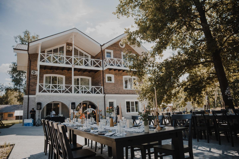 «В лучах солнца»: камерная свадьба под открытым небом в загородном коттедже
