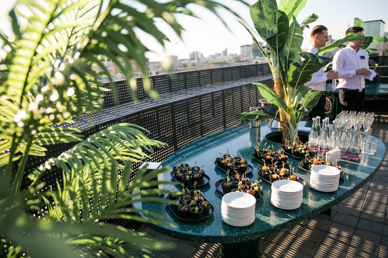 Абстракционизм в живописи: яркая свадьба на крыше бутик-отеля