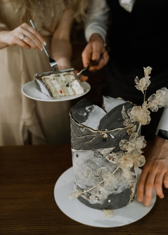 Гармония пастельных цветов: камерная свадьба в баре
