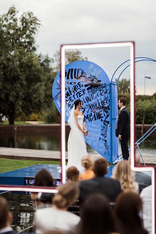 Blue heart: яркая свадьба с неоновыми акцентами
