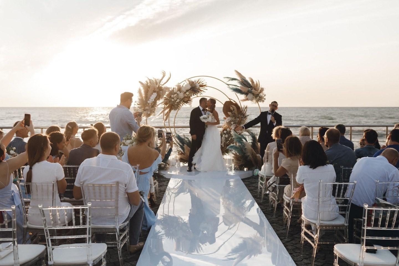 Свадьба у моря в бежево-голубых оттенках