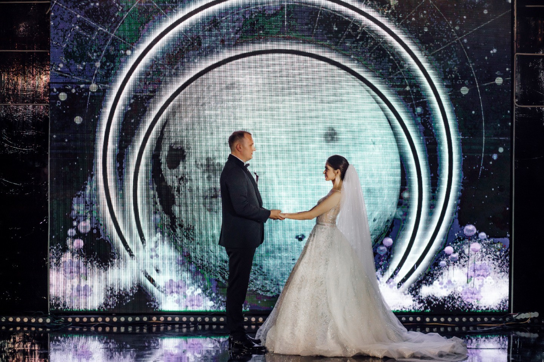 Порталы времен: концептуальная свадьба в блестящей палитре