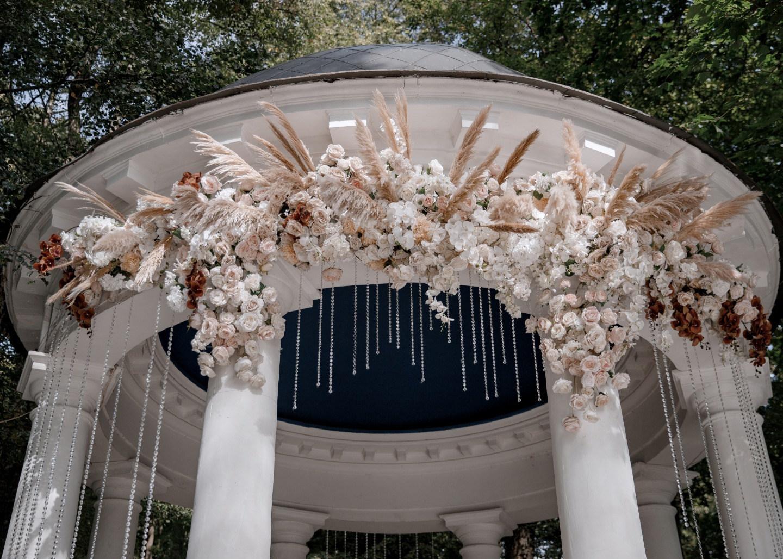 Птицы-неразлучники: романтическая свадьба