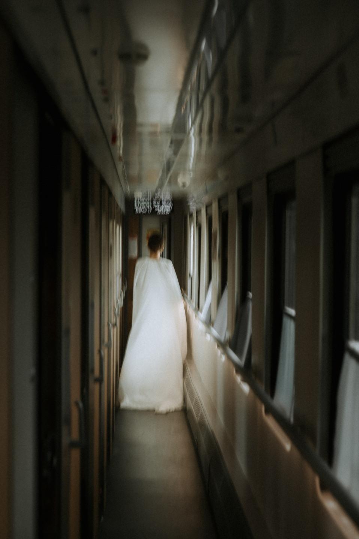 На пути к счастью: стилизованная съемка в поезде