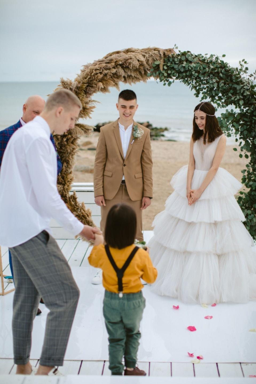 Rustic comfort: свадьба в бежевых оттенках у воды