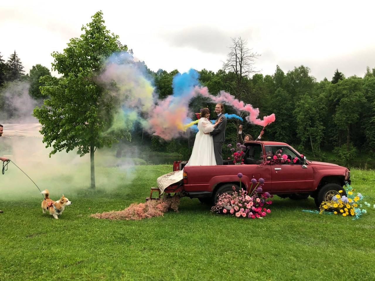 Цветочная поляна: яркая свадьба за городом