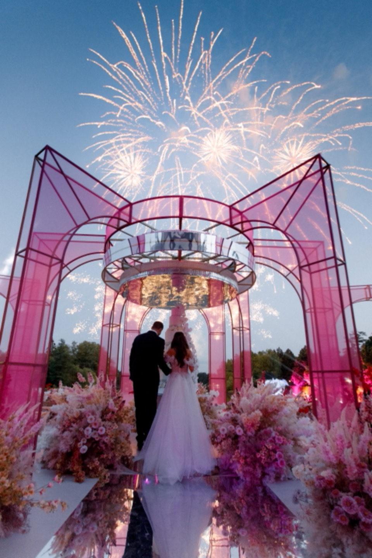 Райский сад с экзотическими птицами: яркая свадьба в роскошном замке