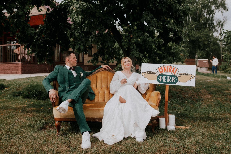 Как в сериале «Друзья»: свадьба в стиле вечеринки на заднем дворе