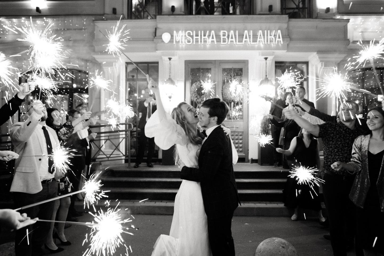 Как Ромео и Джульетта: романтическая винтаж-свадьба в ресторане
