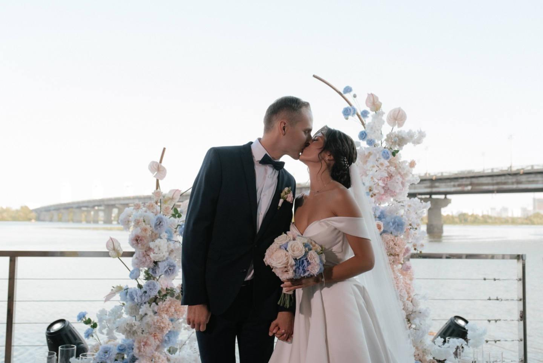 Romance and classic: свадьба в ресторане с голубым акцентом