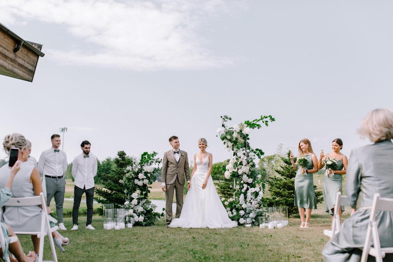 White minimalism: душевная свадьба в гольф-клубе